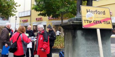 Herforder Bündnis gegen Freihandelsabkauf dem Linnebauerplatzommen sammelt Unterschriften